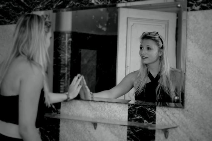 reflet miroir noir et blanc camille photographie portrait urbex