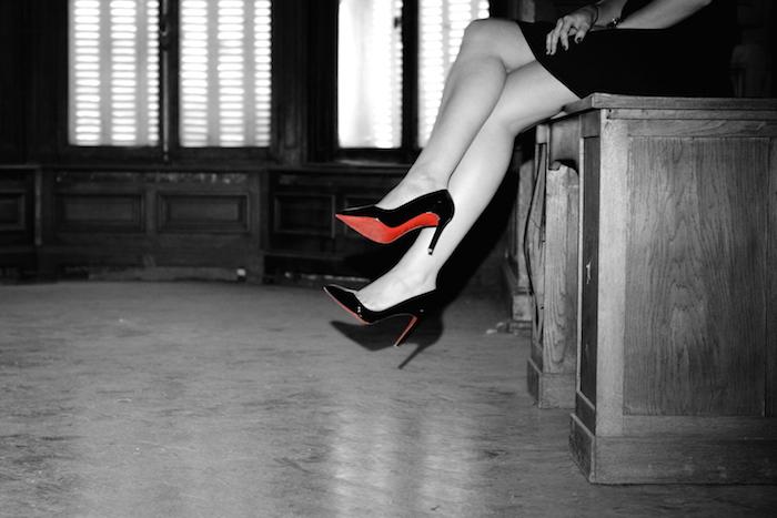 talons rouge urbex femme photoshoot manoir abandon