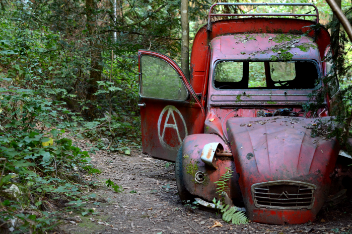 voiture rouge abandon urbex manoir outdoor citroen 2cv