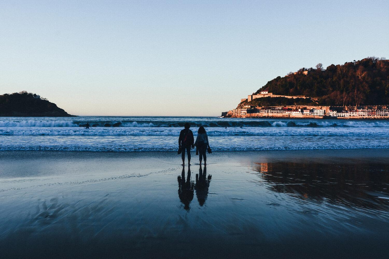 amour couple plage ocean coucher soleil san sebastian
