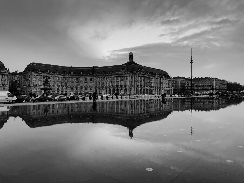 noir et blanc paysage urbain bordeaux mirroir eau
