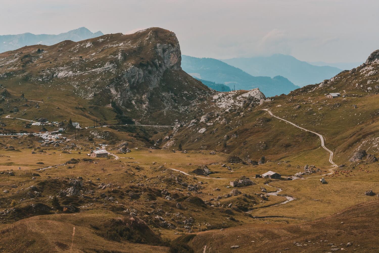 chemin montagne virages barrage roselend raclette